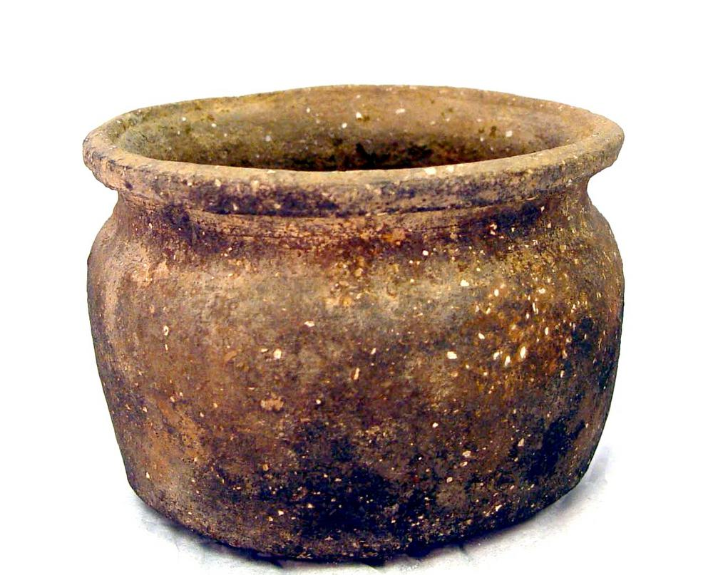 Cooking pot with everted rim, made of brown clay with white flecks of shell mixed in.